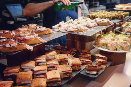 Ir de pintxos, la mejor opción para comer por Donosti: todos los bares que debes visitar