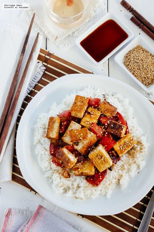Tofu asado con verduras y salsa de soya. Receta vegana fácil