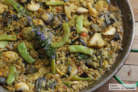 Paella de verduras, una de las recetas de arroz más sabrosas que puedes hacer en domingo