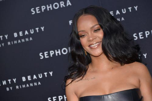 Rihanna en persona te enseña sus trucos de belleza (siempre y cuando puedas pagar su clase)