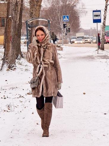 Girl walking / On the street / Novosibirsk / Siberia / 10.11.2011