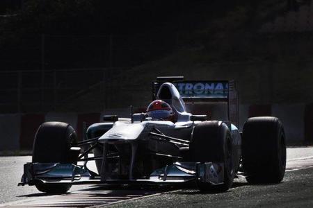 Un renovado Mercedes GP W02 salta a la pista hoy