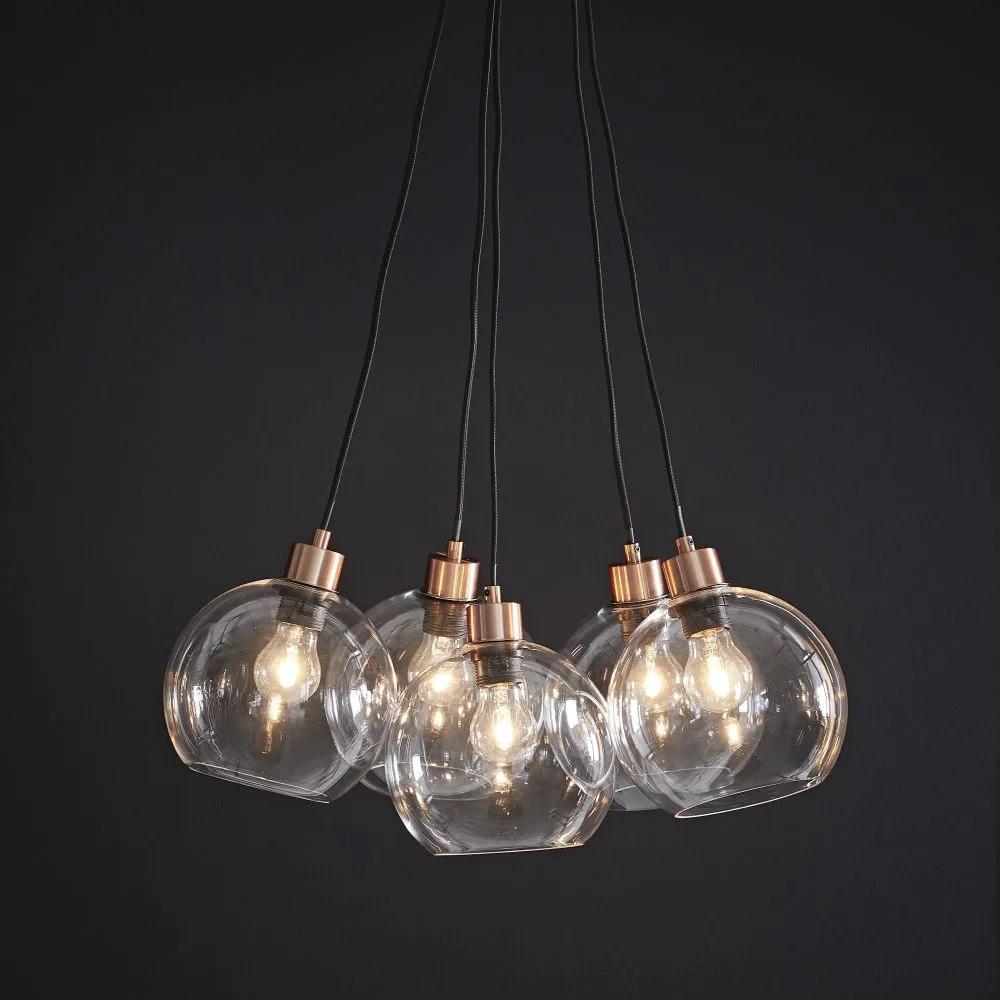 Lámpara de techo con cinco bolas de cristal y metal cobrizo.