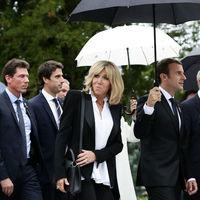 Brigitte Macron sigue en su línea, vuelve a repetir el blanco y negro y en su hombro cuelga un Louis Vuitton