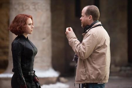 Joss Whedon con Scarlett Johansson en el rodaje de Vengadores