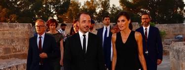 Doña Letizia convierte sus zapatos de Manolo Blahnik en los protagonistas de su look en blanco y negro en Palma de Mallorca
