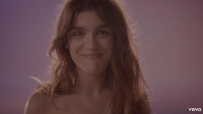 El mundo se para durante el minuto y medio que dura 'Un nuevo lugar', la primera canción de Amaia