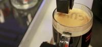 Textspresso, la cafetera que te permite imprimir textos en el café y prepararlo a distancia, en funcionamiento
