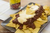 Nachos con queso y chili con carne. Receta de aperitivo