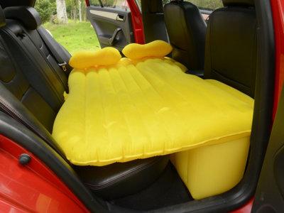 Con este colchón hinchable los viajes extralargos serán más llevaderos... O no