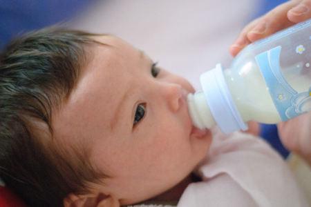 No agregues miel ni azúcar al biberón del bebé