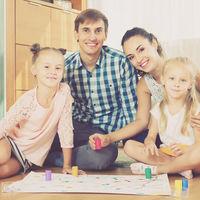 Jugar en familia es más importante de lo que crees: siete beneficios de jugar con nuestros hijos