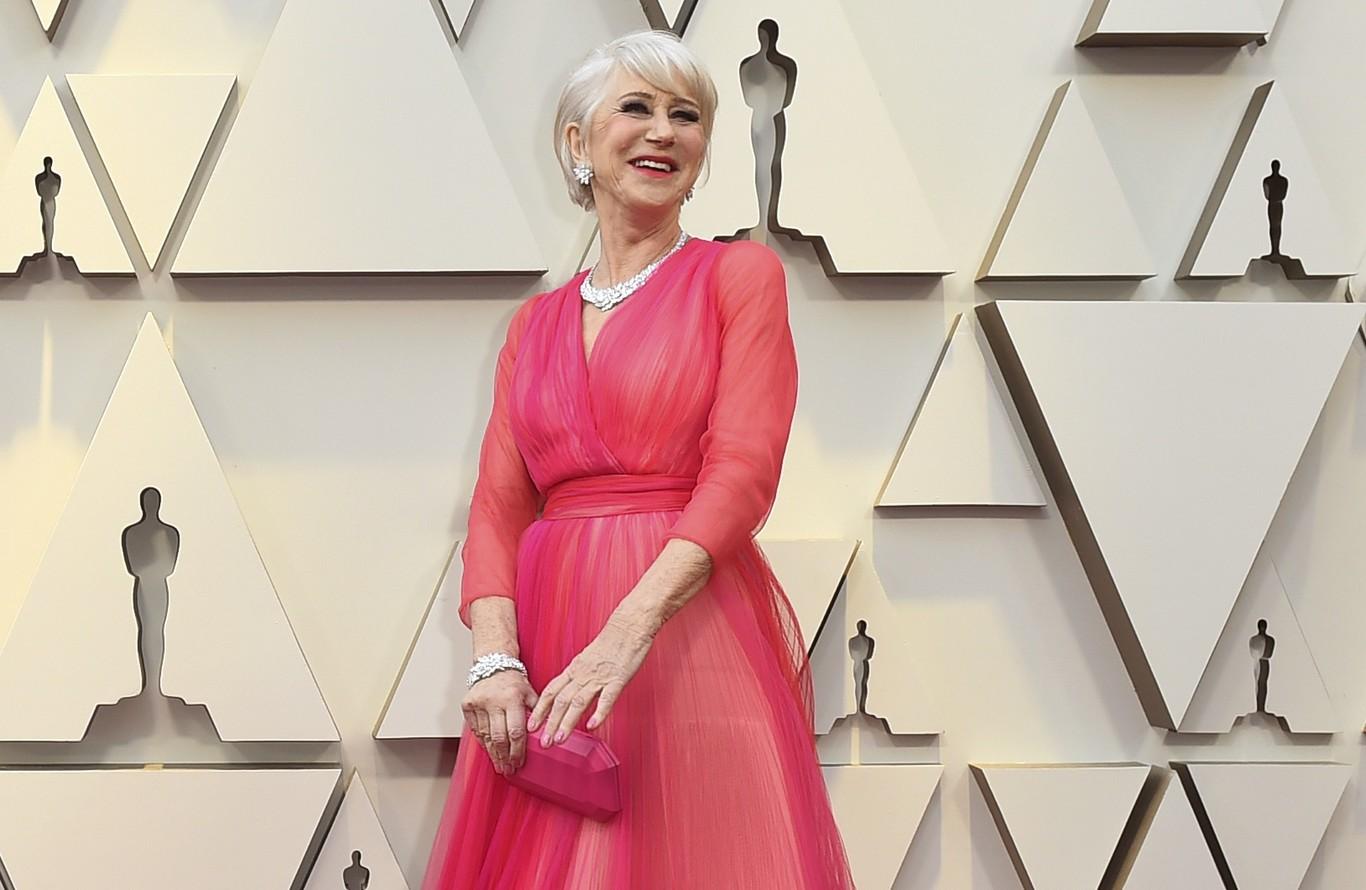 Premios Oscar 2019  Helen Mirren noquea al personal con un diseño de color  rosa (y naranja) 92d97d563e3a