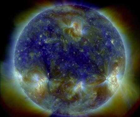 Esta alucinante imagen multiespectral del Sol es una buena manera de celebrar que el Solar Dynamics Observatory lleva una década fotografiándolo cada 0,75 segundos