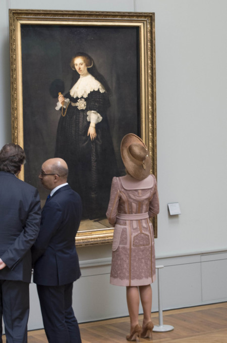 La curiosidad de la reina Máxima por el arte nos permite admirar su abrigo-traje por detrás sin pecar de groseros