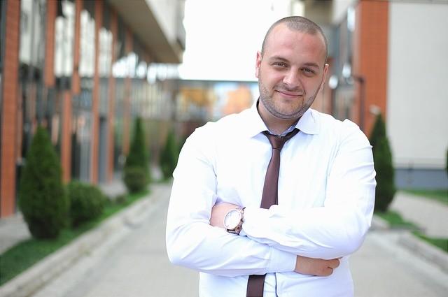 Hombre joven con camisa blanca y corbata.