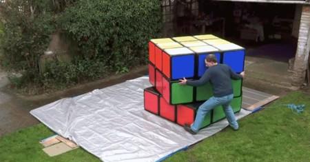 Hay que estar muy fuerte para resolver el cubo de Rubik más grande del planeta