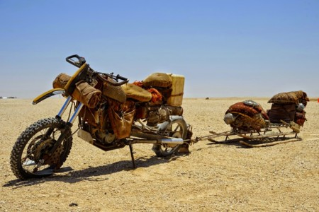 La misteriosa moto con patines y un trineo