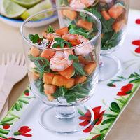 Ensalada de langostinos, rúcula y papaya: receta ligera con sabor tropical