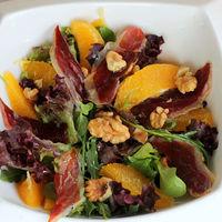 Ensalada de jamón de pato, naranjas y nueces, receta de entrante o plato único para una cena saludable