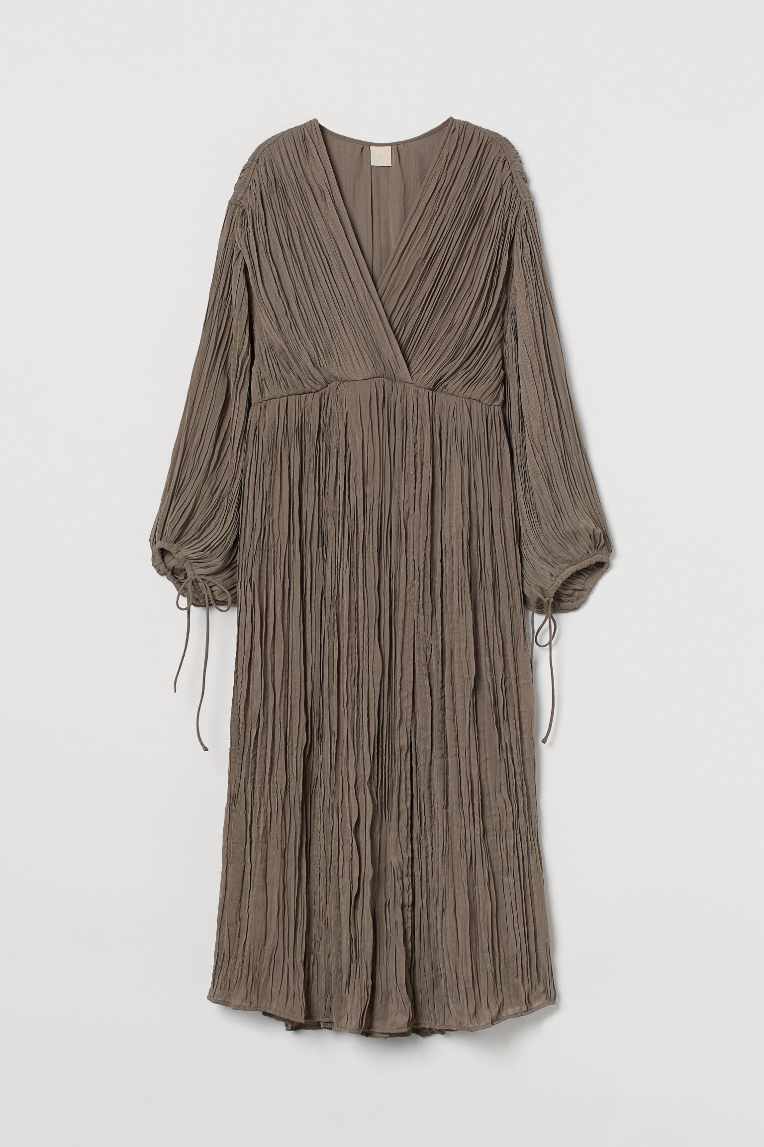 Vestido midi plisado con mangas abullonadas