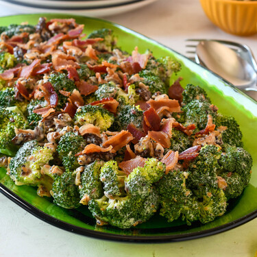 Ensalada cremosa de brócoli, pero con beicon: porque la panceta y la verdura son buenos amigos