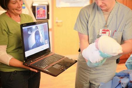 Cuando el padre no puede estar en el parto: la historia del nacimiento de un hijo estando en Afganistán