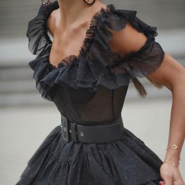 El street style nos muestra 5 razones por las que el mini vestido negro es un fondo de armario (perfecto)