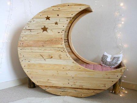 Cuna de bebé con forma de luna