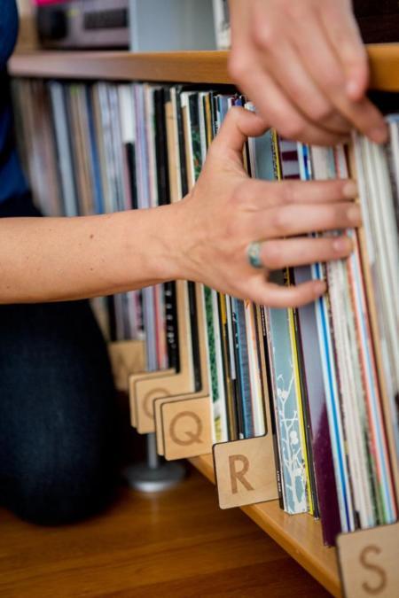 Mantén tu colección de vinilos ordenada con estilo gracias a estos preciosos divisores alfabéticos en madera