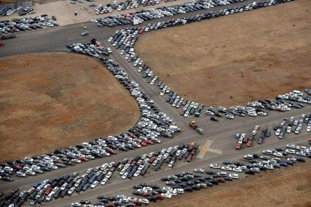 ¿Qué hacen 15.000 coches en la pista de un aeropuerto?
