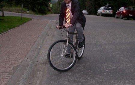 Corbata reflectante para ir en bici con traje