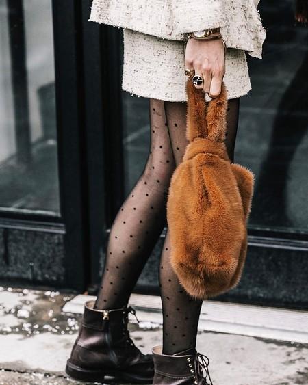Aunque no te lo creas, los bolsos peludos van a ser un must esta temporada y la calle lo está demostrando
