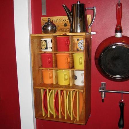 Estantería de cocina con cajas de vino