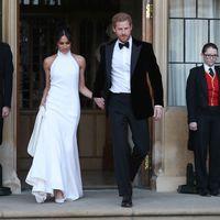 Enfundado en terciopelo, El Príncipe Harry se viste en un tuxedo para la recepción de su boda