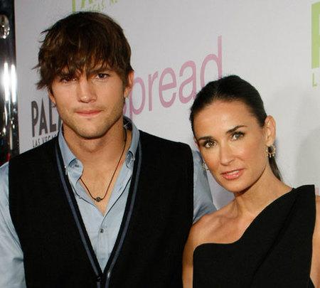 Demi Moore y Ashton Kutcher twittean un aterrizaje de emergencia