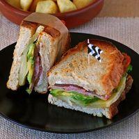 Sándwich de aguacate y quesos con bacon de pavo: receta para no complicarse en el fin de semana (o cuando sea)