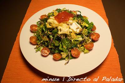 Ensalada tibia con queso brie frito y mermelada de tomate. Receta