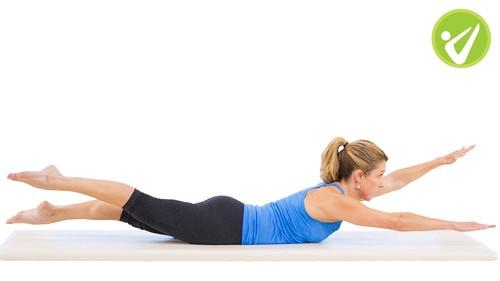 Swimming de Pilates: así se hace paso a paso para trabajar tu cadena posterior