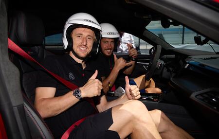 Los jugadores del Real Madrid prueban el eléctrico Audi RS e-tron GT e-tron en el Jarama