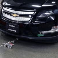 Seis diminutos robots imitan a las hormigas para conseguir mover las dos toneladas de un coche