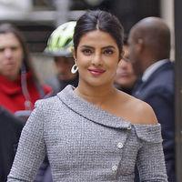 Priyanka Chopra reversiona el clásico traje con su último look y acierta de pleno