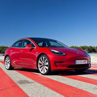 Los Tesla sonarán como caballos al galope, pero en Europa la loca ley de los coches eléctricos ruidosos no lo permitirá