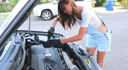 Jessicann cambia bujías en Youtube para empoderar a las mujeres a través de la mecánica