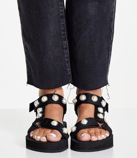 Sandalias Negras Con Plataforma Plana Y Bandas Con Perlas De Simply Be Wide Fit 2