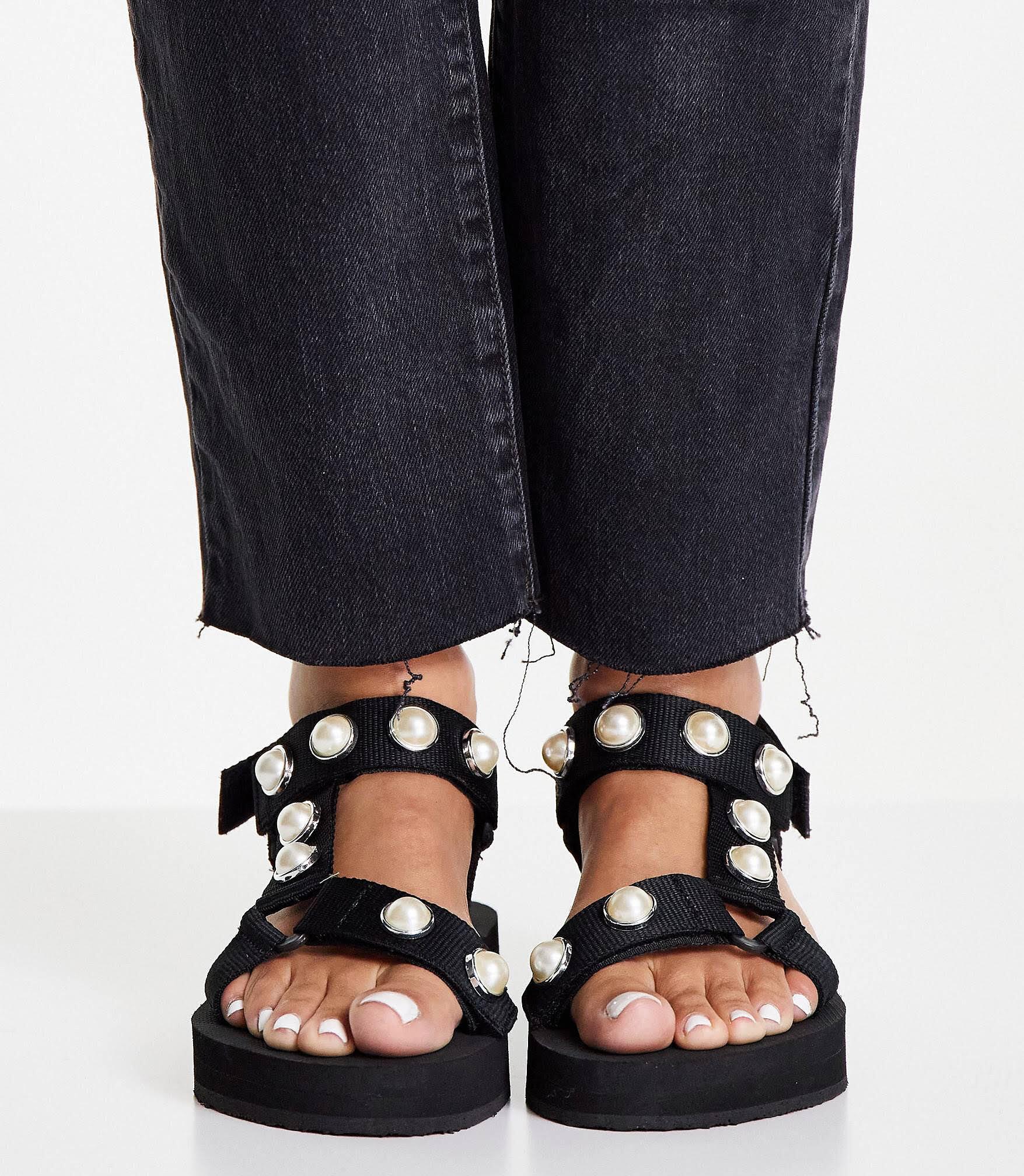 Sandalias negras con plataforma plana y bandas con perlas de Simply Be Wide Fit