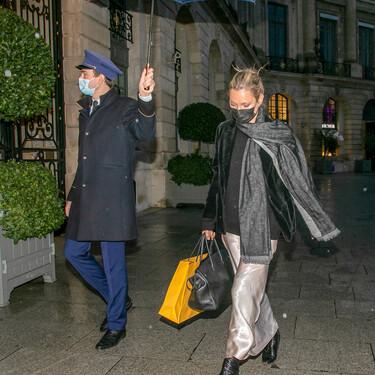 Si no sabías cómo lucir tu vestido de satén con este frío, Kate Moss tiene la fórmula para que te lo pongas hasta en enero