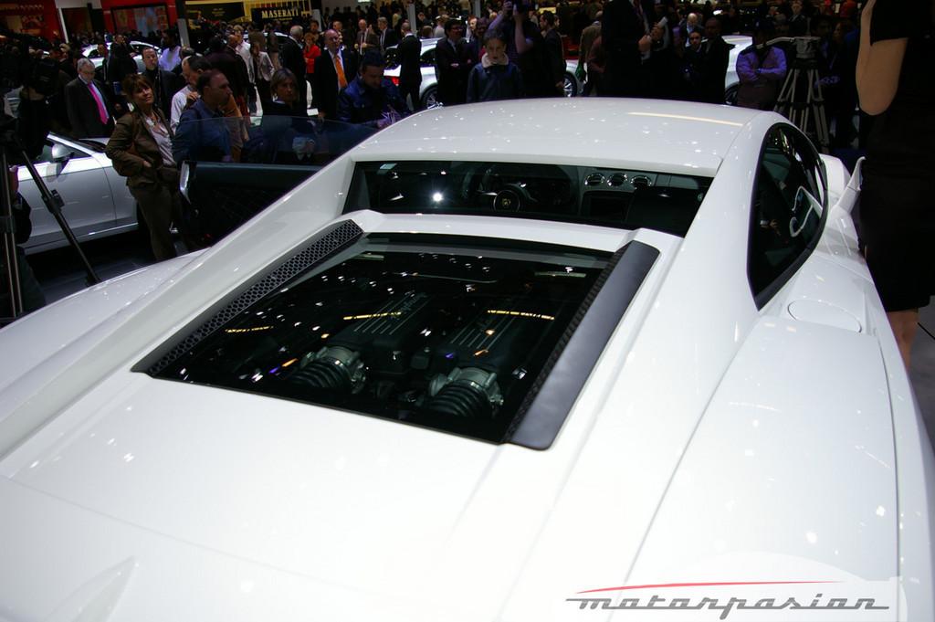 Foto de Lamborghini Gallardo LP560-4 en el salón de Ginebra, y muy bien acompañado (21/26)