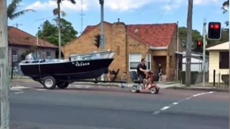 Ingenio australiano nivel: quedarte sin carnet y usar un scooter eléctrico para remolcar tu barco