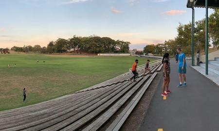 Personas practicando deporte al aire libre en Nueva Zelanda durante el primer fin de semana de abril.